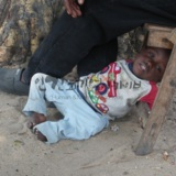 45도가 넘는 무더위를 피해 쉬고 있는 아이